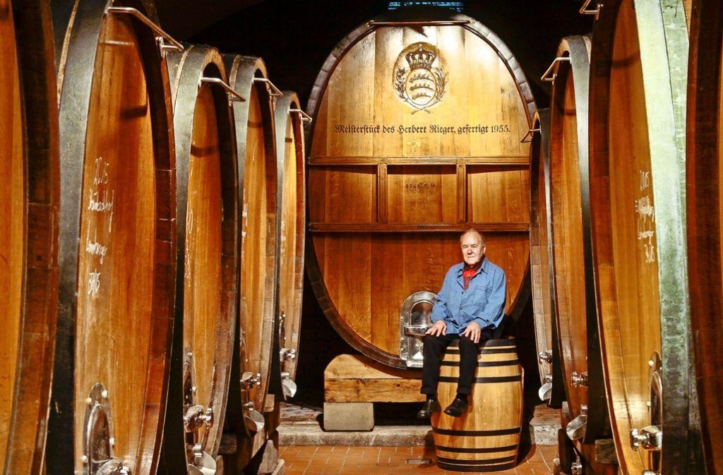 Der Holz- und Weinfassküfer Karl Müller – auch als Rentner noch gefragt Foto: factum/Granville
