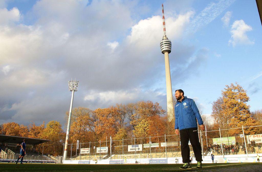 Kickers-Trainer Tobias Flitsch ist unterm Fernsehturm längst angekommen – und die Fans ziehen mit: Gegen den SSV Reutlingen werden im Gazistadion zwischen 3500 und 4000 Zuschauer erwartet. Foto: Baumann
