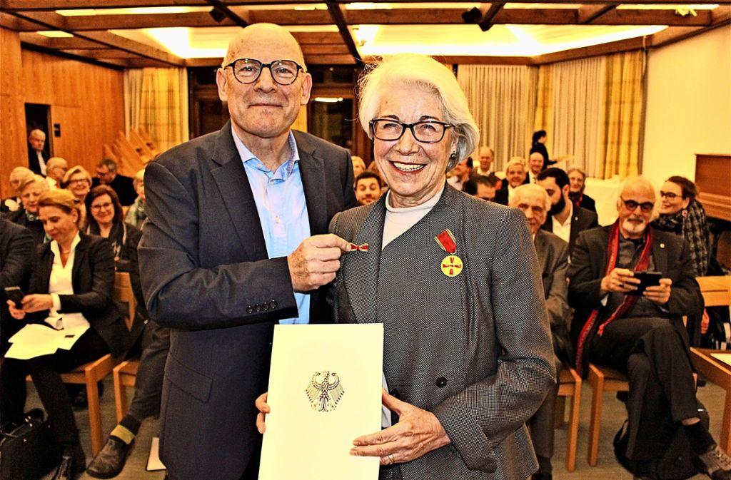 Winfried Hermann übergibt Ariane Müller-Ressing das Verdienstkreuz. Foto: Holowiecki