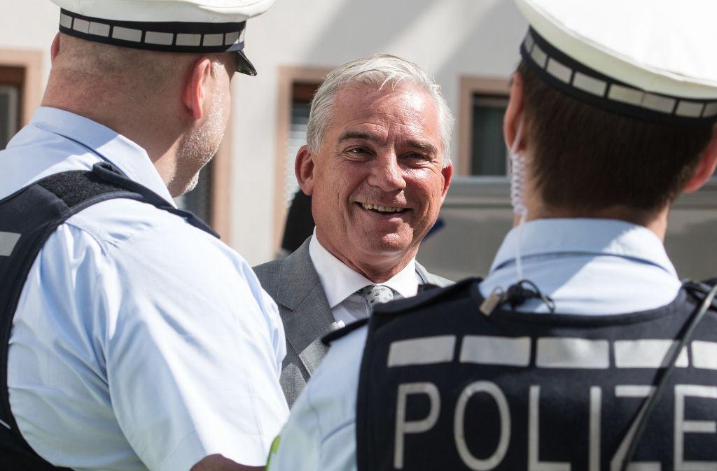 Thomas Strobl im Gespräch mit Polizisten. Foto: dpa