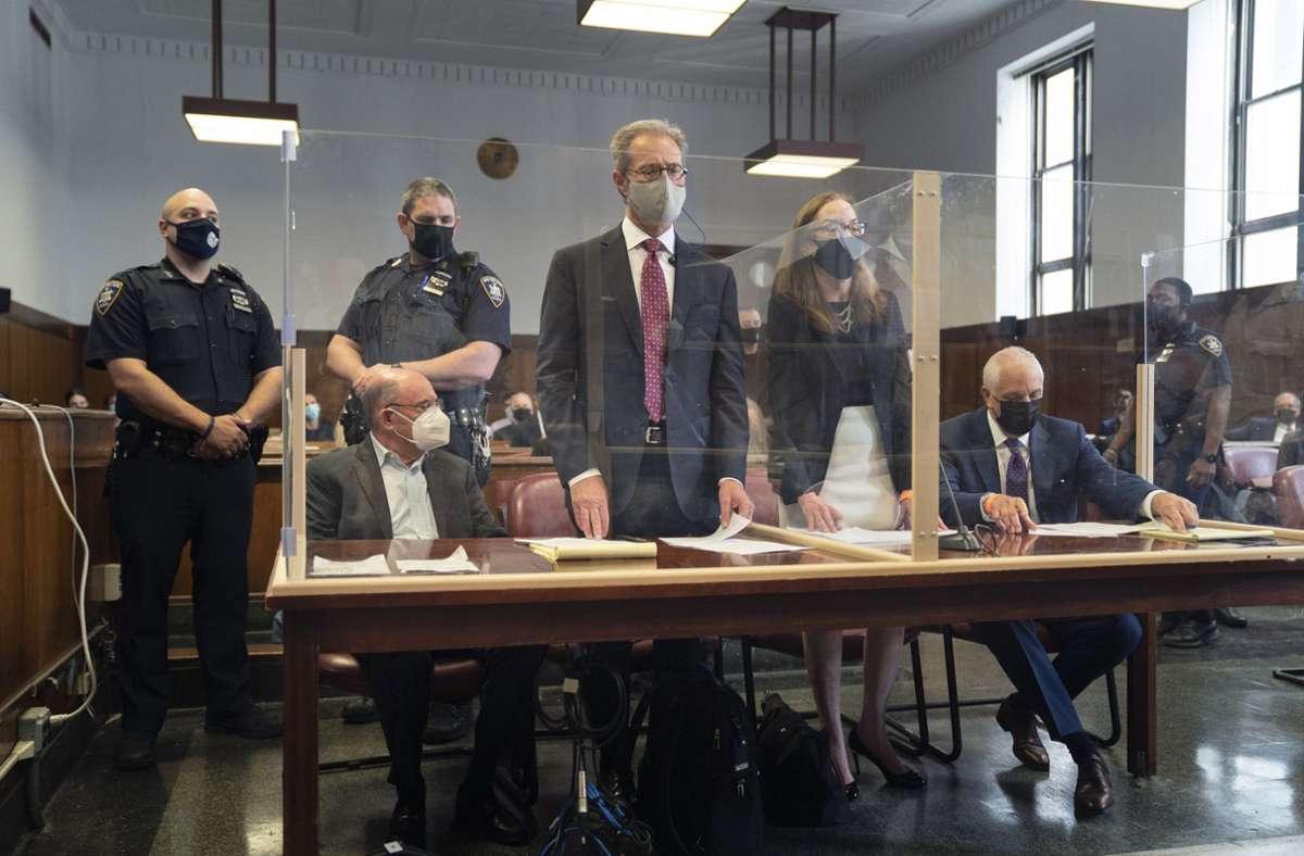 Allen Weisselberg (vorne, links), Finanzchef der Trump-Organisation, sitzt in einem Saal vor dem Gericht. Foto: dpa/Barry Williams