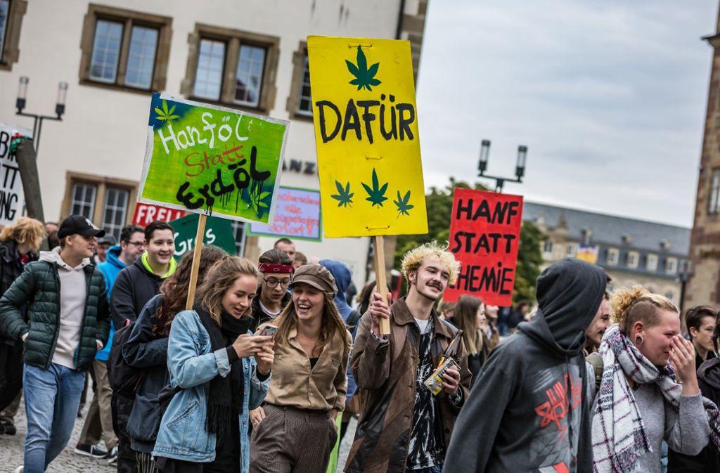 Auf dem Schillerplatz kommt der Demozug für die Legalisierung von Cannabis an. Foto: Lg/Rettig