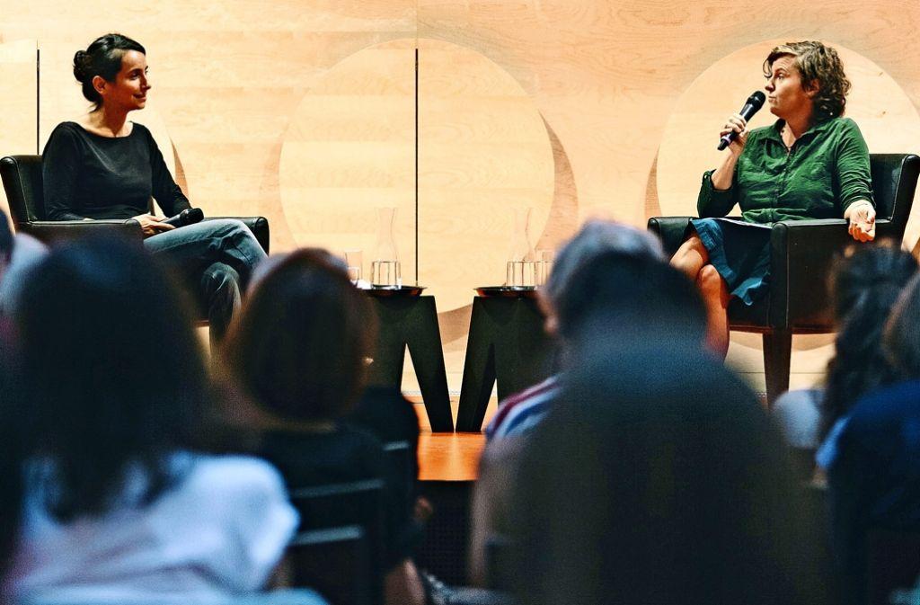 Redakteurin Christine Keck im Gespräch mit Türkei-Kennerin Cigdem Akyol Foto: Lichtgut/Verena Ecker