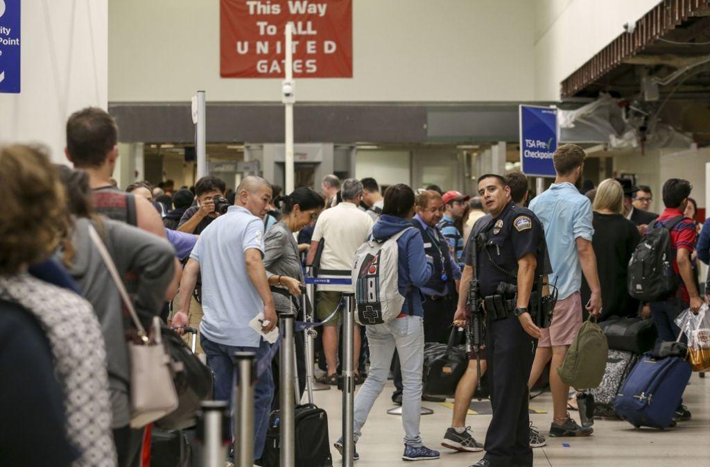 Ein vermeintlicher Terroralarm hat Teile des Flughafens von Los Angeles lahmgelegt. Foto: AP