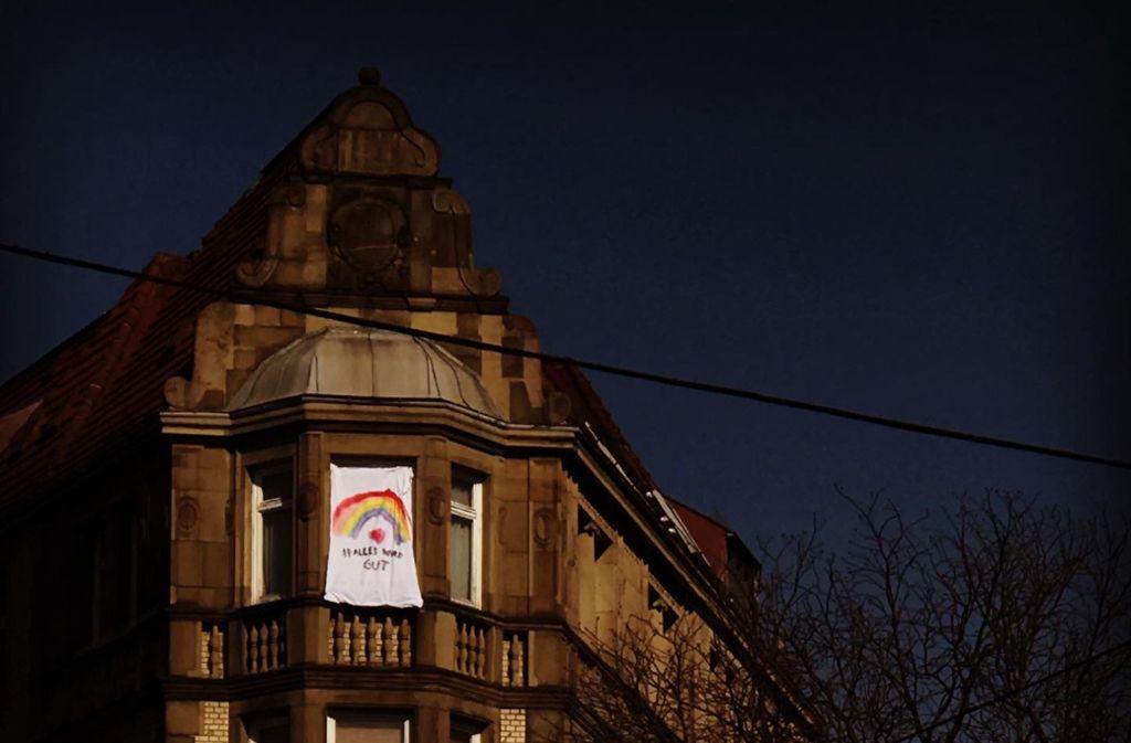 Ein Regenbogen im Stuttgarter Osten. Wenn Kinder in der Stadt spazieren gehen, sollen sie sehen, dass sie nicht allein sind.  Weitere Beispiele finden Sie in unserer Bildergalerie. Foto: LaPap Illustrationen/LaPap Illustrationen