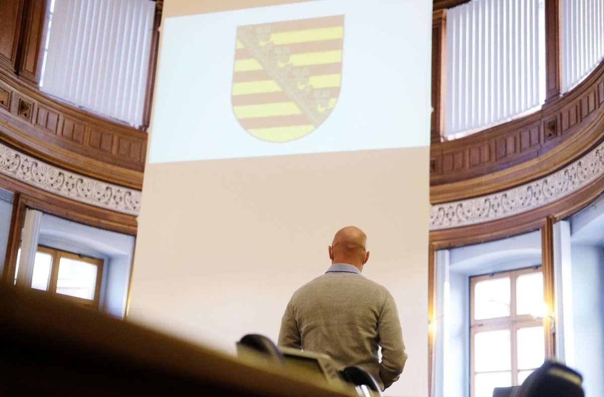 Der Angeklagte, ein ehemaliger Bundeswehrsoldaten des Kommandos Spezialkräfte, in einem Saal des Landgerichts Foto: dpa/Sebastian Willnow