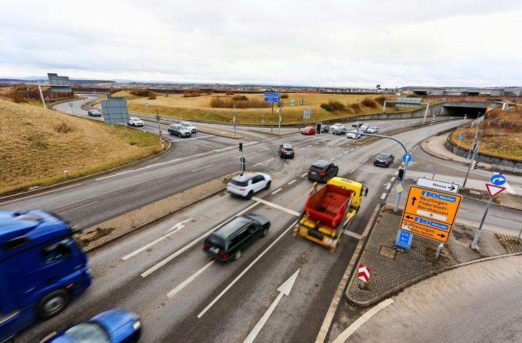 Die Auffahrt auf die Autobahn bei Plieningen muss umgebaut werden. Grund sind eine neue Straße und die Bahntrasse. Foto: Thomas Krämer