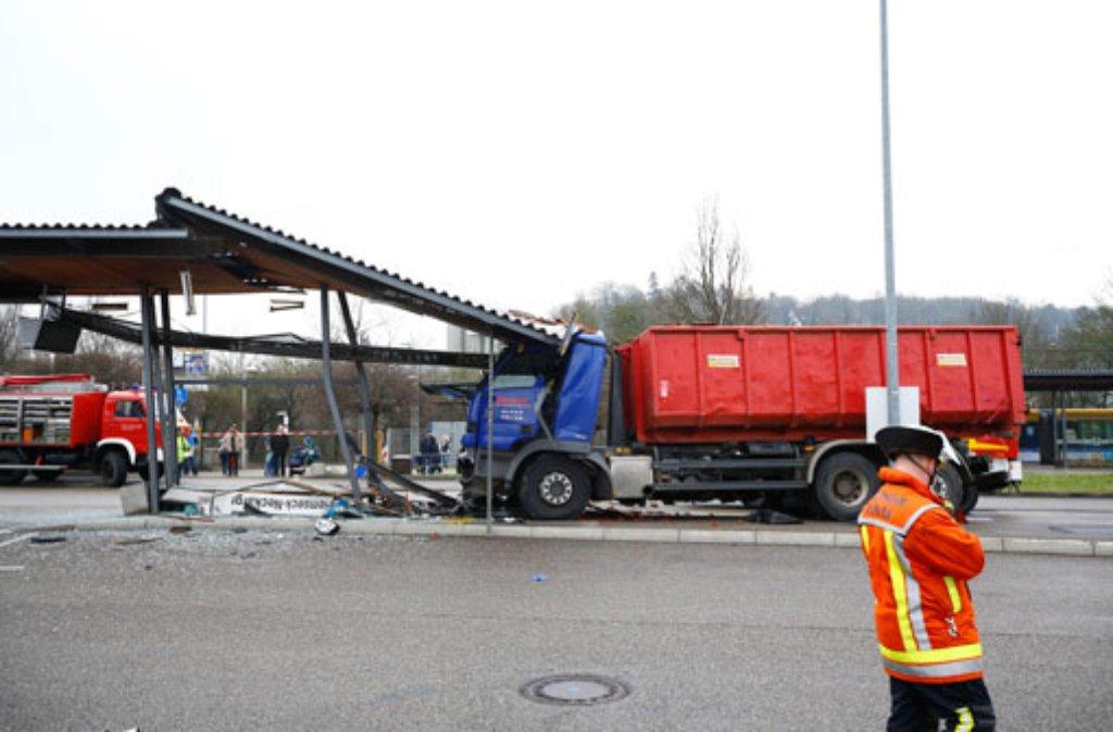 Der Fahrer des Lkw, der am Mittwoch in Remseck am Neckar in eine Bushaltestelle gerast war, hatte sich verschluckt. Foto: 7aktuell.de/Karsten Schmalz
