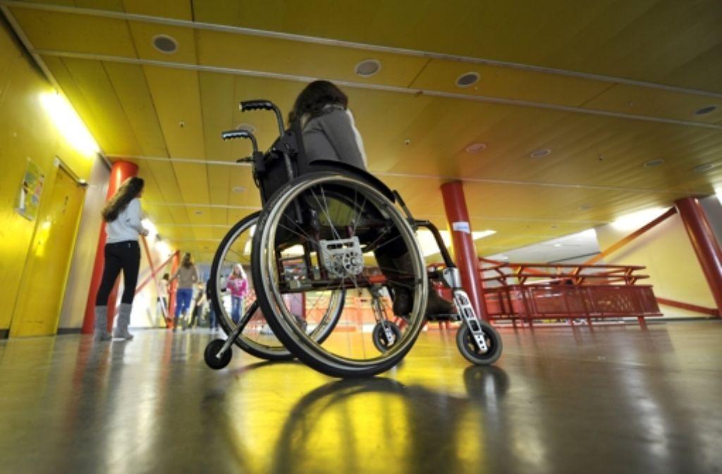 Damit die Räume auch für Rollstuhlfahrer problemlos zugänglich sind, muss der Schulneubau entsprechend geplant werden. Foto: dpa