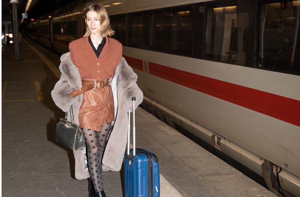 Felize Kolibius , die neue Muse von Giorgio Armani, bei ihrer Ankunft mit dem ICE im Stuttgarter Hauptbahnhof. Foto: Joris Haas