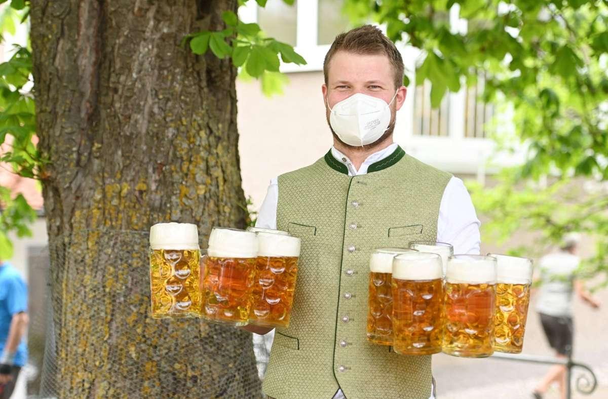 Das Land will den Betrieb von Biergärten und Außengastronomie sowie Hotels in weniger pandemiebelasteten Stadt- und Landkreisen erlauben, wenn es die Corona-Belastung zulässt. (Symbolbild) Foto: dpa/Tobias Hase