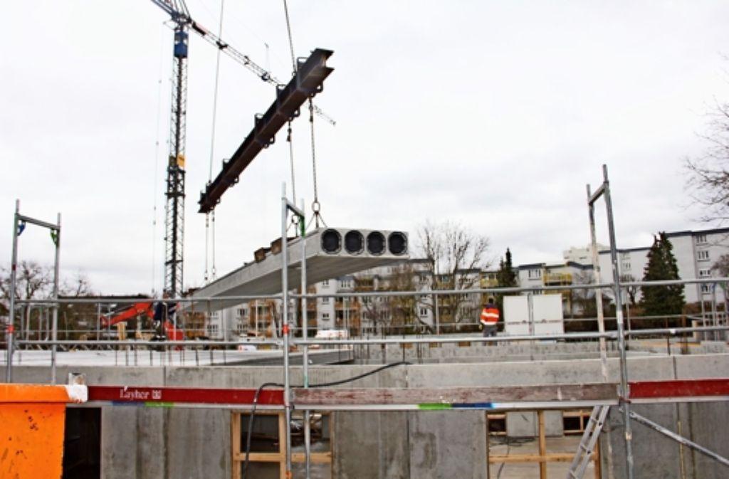 Auf rund 3500 Quadratmetern werden derzeit drei Systembauten erstellt. Zuvor befanden sich Gärten auf dem städtischen Grundstück an der Wiener Straße. Foto: Torsten Ströbele