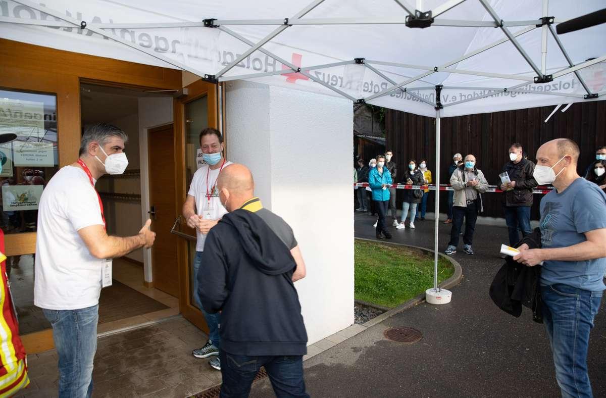 Los geht's:  Pünktlich um 7 Uhr bitten Bürgermeister Ioannis Delakos (links) und Dr. Alexander Failenschmid die ersten Teilnehmer des Holzgerlinger Impfmarathons in die Stadthalle. Foto: EIBNER/DROFITSCH/EIBNER/DROFITSCH