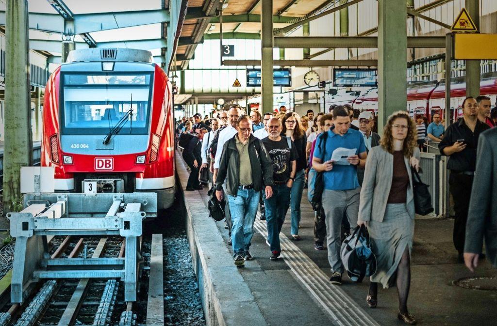 Halt im Hauptbahnhof oben: Weil die unterirdische Stammstrecke bis zum Nachmittag gesperrt ist, müssen die Fahrgäste dort aussteigen. Foto: Lichtgut/Max Kovalenko