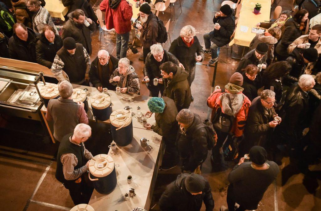 Aufwärmen in der Vesperkirche: Helfer geben Kaffee und Tee aus. Foto: Lichtgut /Ferdinando Iannone