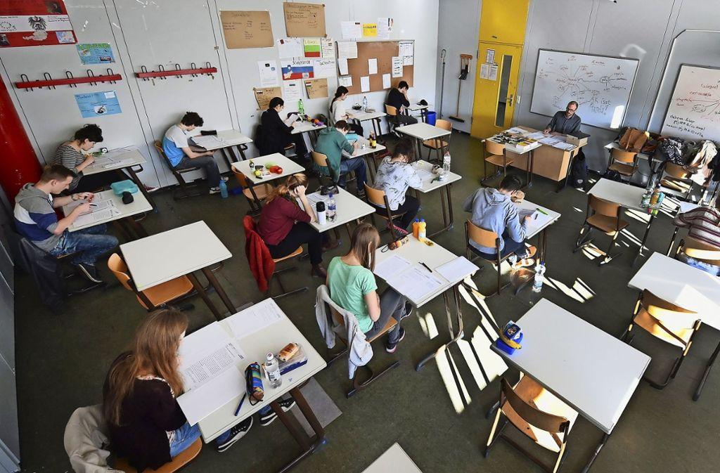 Weil in Bad Urach der Umschlag mit den Deutschaufgaben geöffnet wurde, muss die Prüfung an allen Realschulen im Land verschoben werden (Symbolbild). Foto: dpa