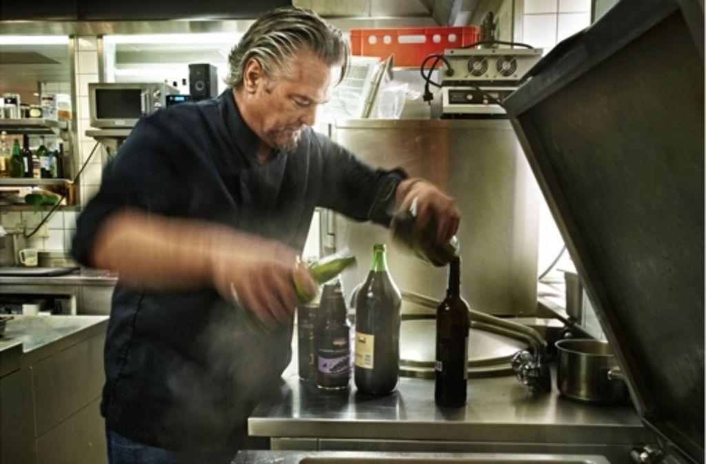 Frank Oehlers Küche muss renoviert werden, deshalb greift der Fernseh- und Sternekoch im Januar 2016 im Platzhirsch in Böblingen zum Kochlöffel. Foto: Heinz Heiss
