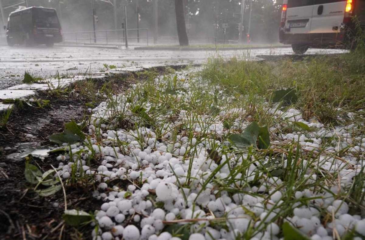 Hagelkörner in Stuttgart: Ein Gewitter zog am Freitag über die Kesselstadt. Foto: Andreas Rosar