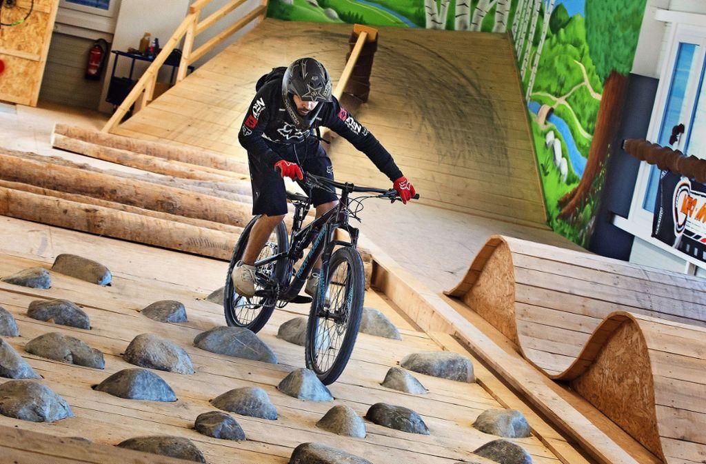 Über Stock und Stein – wie man Hindernisse mit dem Bike bewältigt, kann man im neuen Indoor-Park in Wernau üben. Foto: Ines Rudel