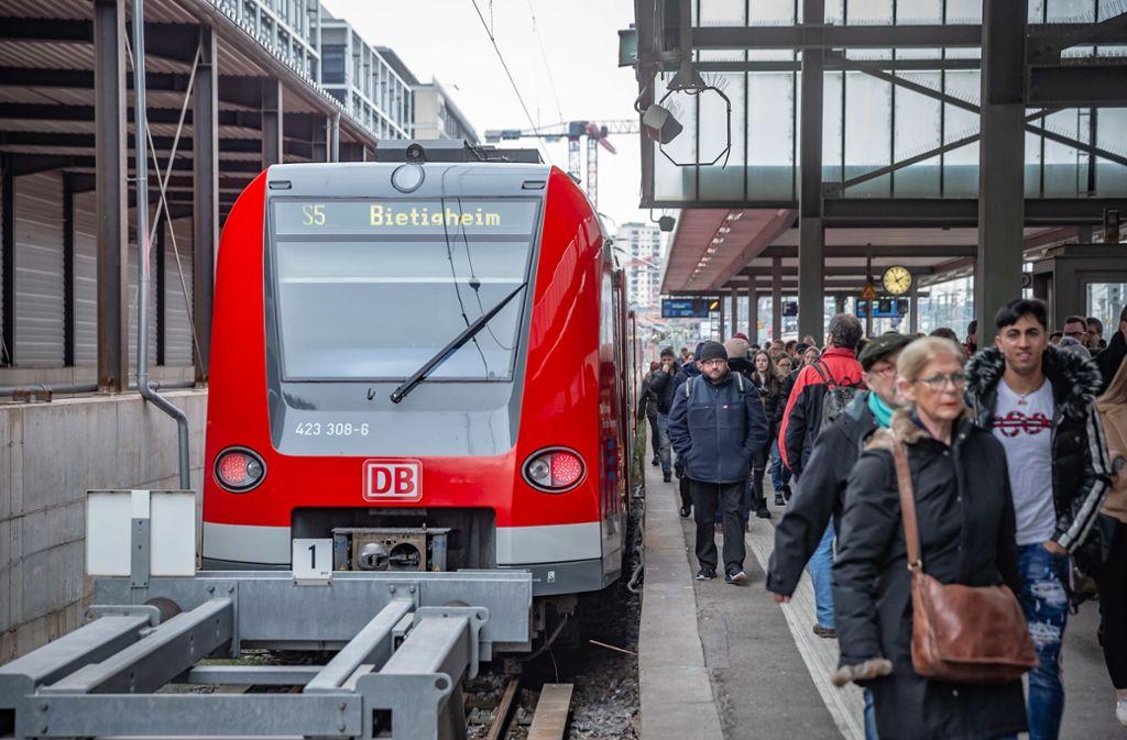 Wie schon Anfang des Jahres halten S-Bahnen wegen S-21-Arbeiten im Hauptbahnhof (oben). Foto: Lichtgut/Julian Rettig