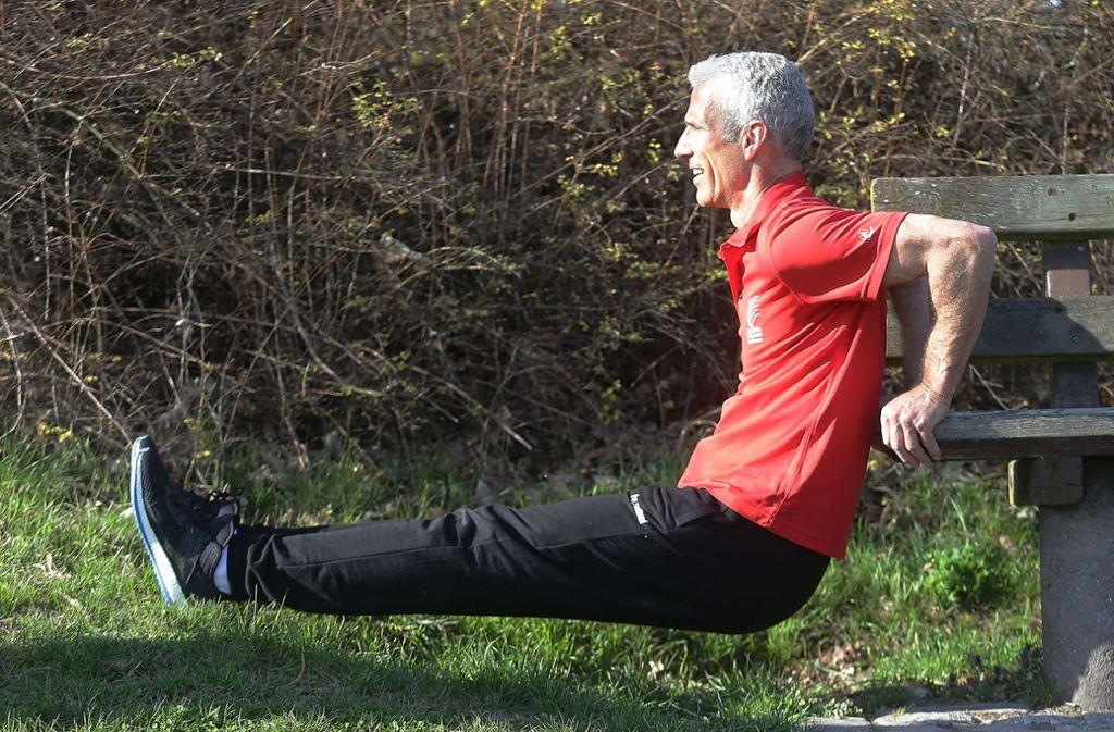 Arme beugen, dann wieder hoch drücken – so wird unter anderem der Schulterbereich trainiert. Foto: Baumann