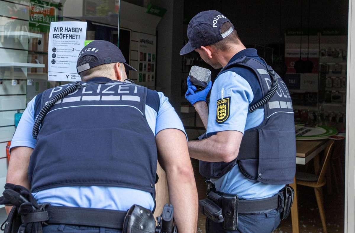 Die Polizei sichert Spuren in einem beschädigten Geschäft. Foto: 7aktuell.de/Simon Adomat