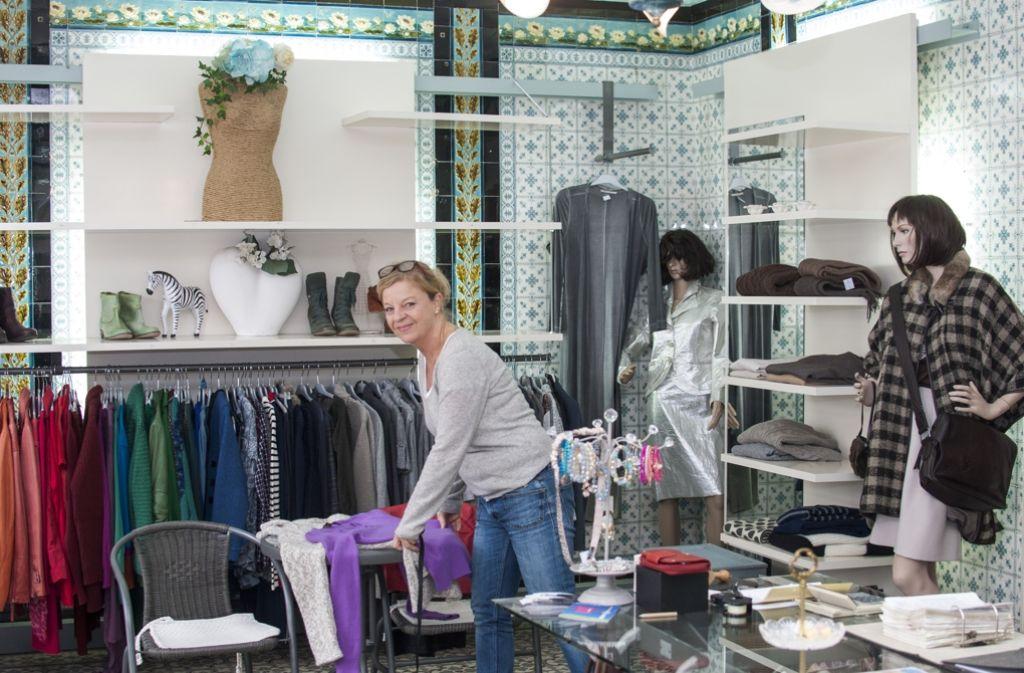 """Elisabeth Schnaitmann betreibt das Second-Hand-Geschäft """"Rosenrot"""" im Stuttgarter Westen. Foto: Beate Pundt"""