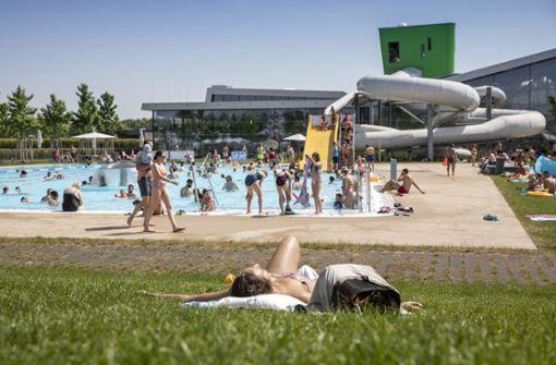 Badespaß in mäßig vollen Freibädern