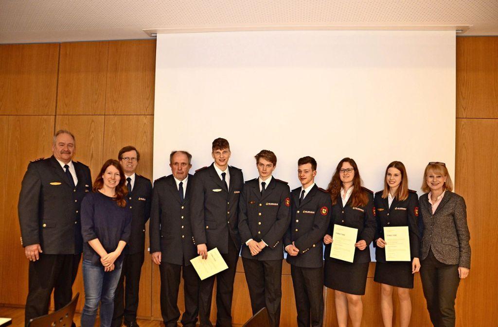 Abteilungskommandant Christian Frey (l.) im Kreise verdienter Mitglieder der Feuerwehr sowie den Politikerinnen Anna Christmann (2.v.l.) und Karin Maag (r.). Foto: privat