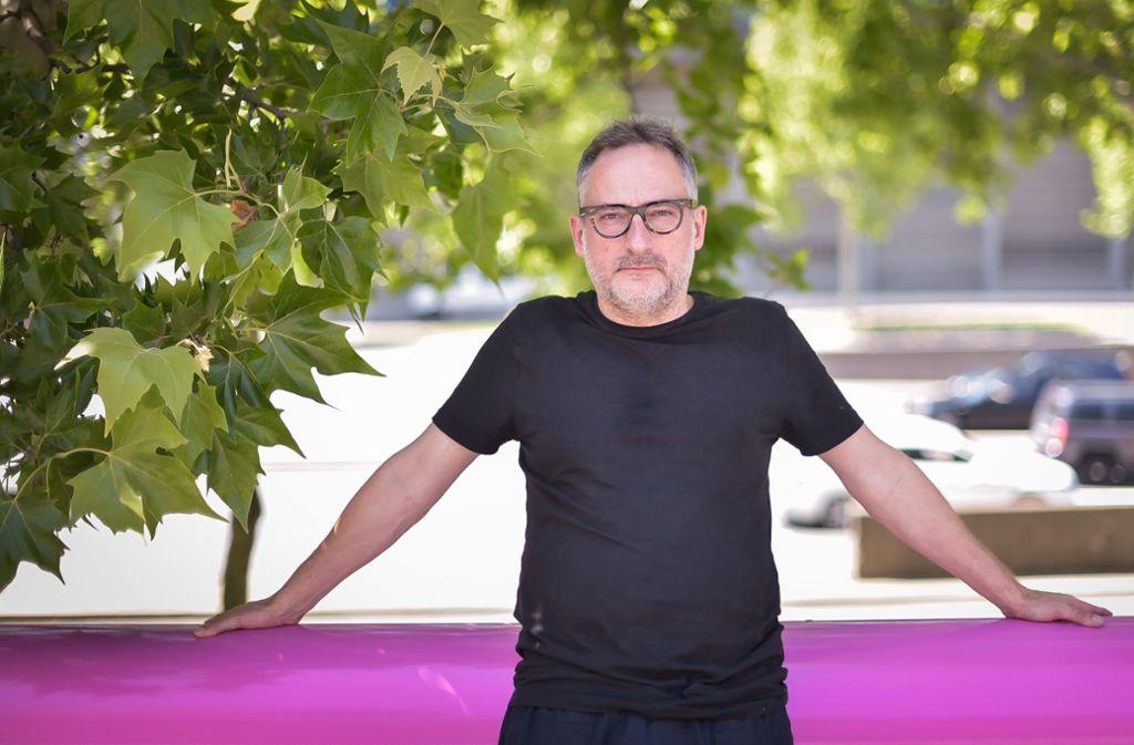 """Der deutsche Dramatiker  Roland Schimmelpfennig (51) während einer Probenpause vor dem Kammertheater neben der Stuttgarter Staatsgalerie. Mit """"100 Songs"""" hat er ein hoch dramatisches Stück geschrieben, das er in Stuttgart selbst inszeniert. Foto:"""