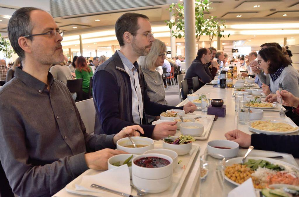 Der Achtsame genießt und schweigt – beim Mittagessen in der Kantine. Foto: Bernd Krug