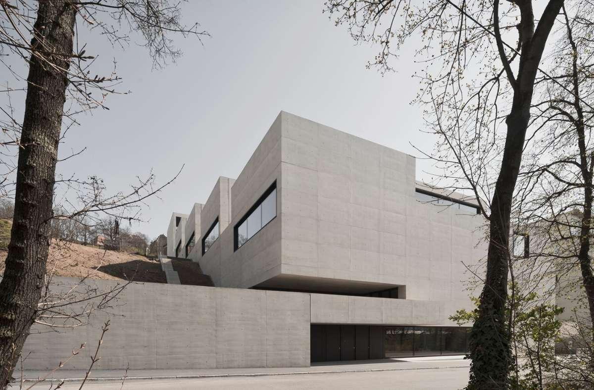 Zwischen Urbansplatz und Werastraße, gleich hinter der Staatsgalerie: die neue John Cranko Schule. Hinter der geschlossenen Betonwand am unteren Ende befindet sich die Probebühne. Foto: Brigida Gonzalez