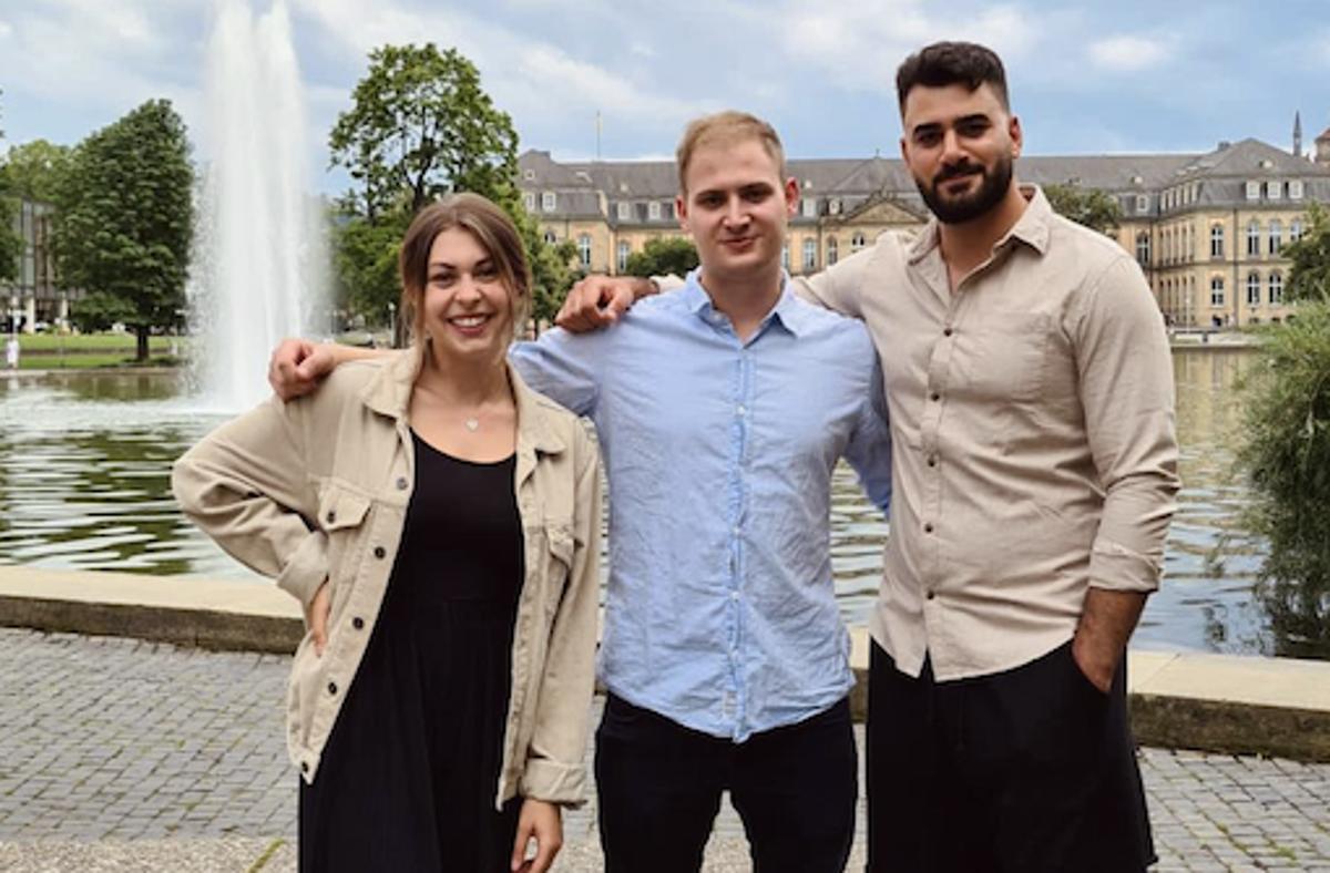 """Während Lara sich vor allem um die kreativen Aufgaben und Gestaltungsthemen kümmert, programmiert Thommy die App und Aram baut als """"Head of Marketing"""" neue Connections auf. Foto: walkingbuddies"""