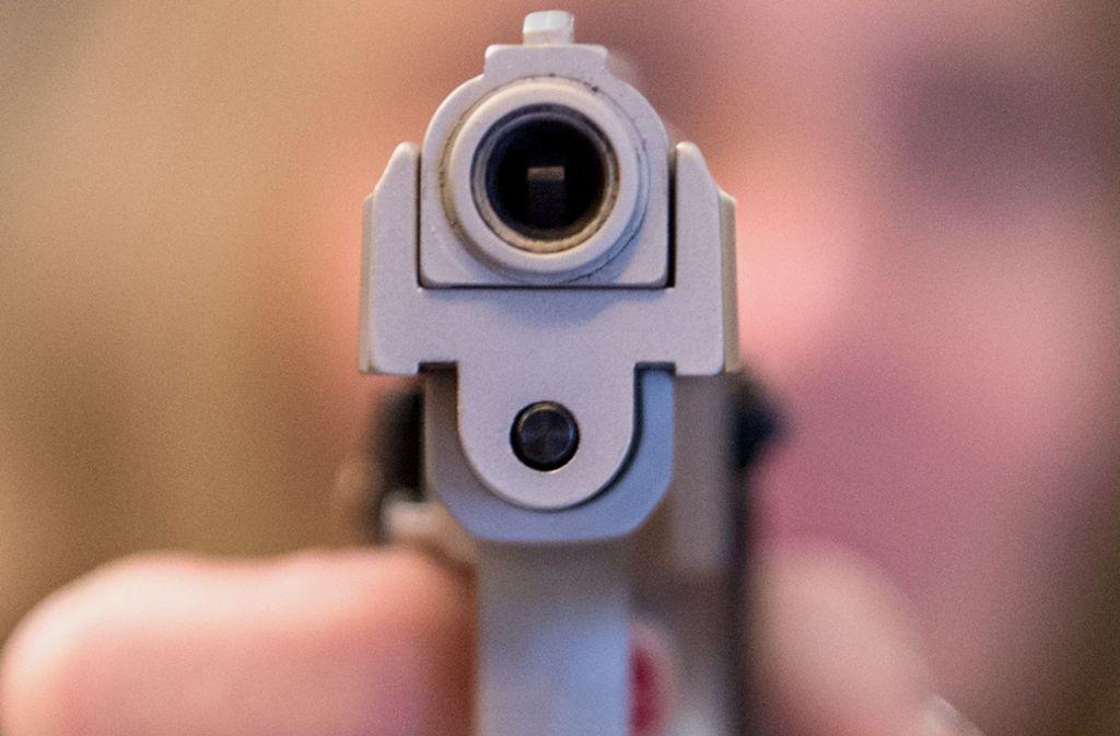 Der 39-Jährige hat im Streit eine Schreckschusspistole auf seinen Kontrahenten gerichtet. (Symbolfoto) Foto: dpa/Boris Roessler
