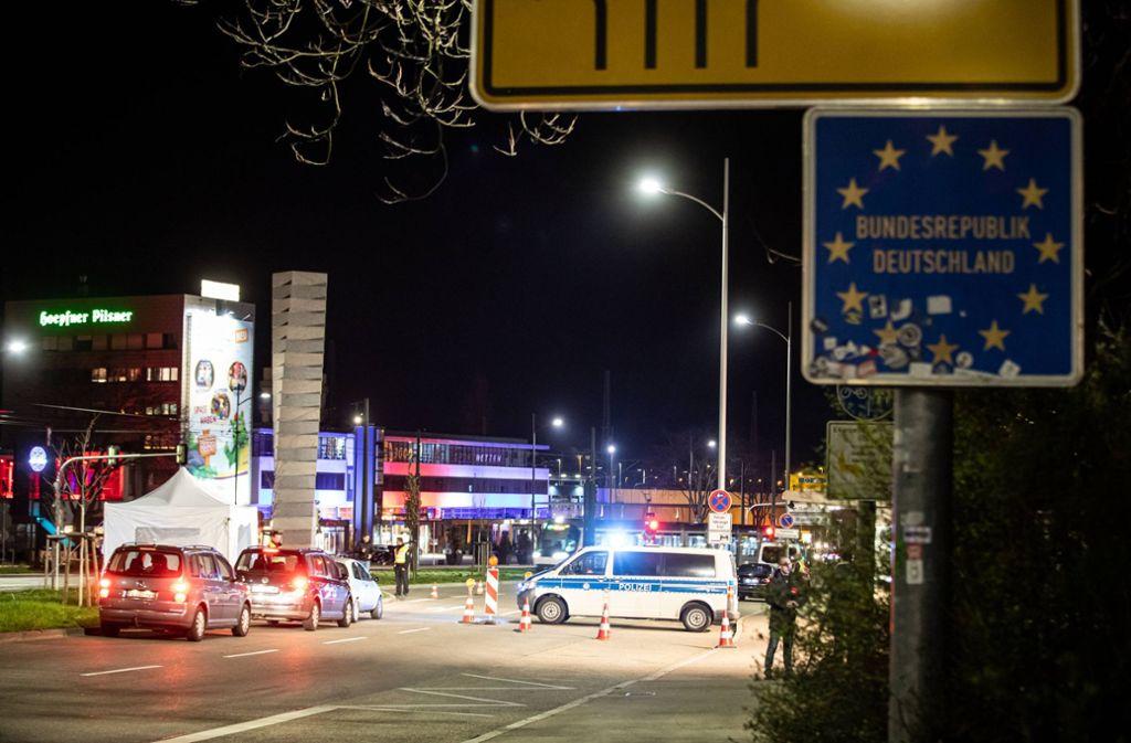 An der deutsch-französischen Grenze in Kehl werden noch immer Kontrollen durchgeführt. Zumindest für die Schüler, die in Deutschland zum Unterricht müssen, gibt es von Montag an einige Erleichterungen. Foto: /7aktuell.de/Simon Adomat
