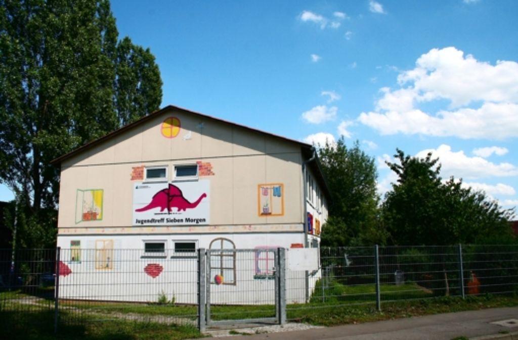 Wenn der Gemeinderat das Geld bereitstellt, könnte der bestehende Jugendtreff an der Asperger Straße 41 abgerissen und eine Kita mit integriertem Jugendtreff gebaut werden. Foto: Chris Lederer