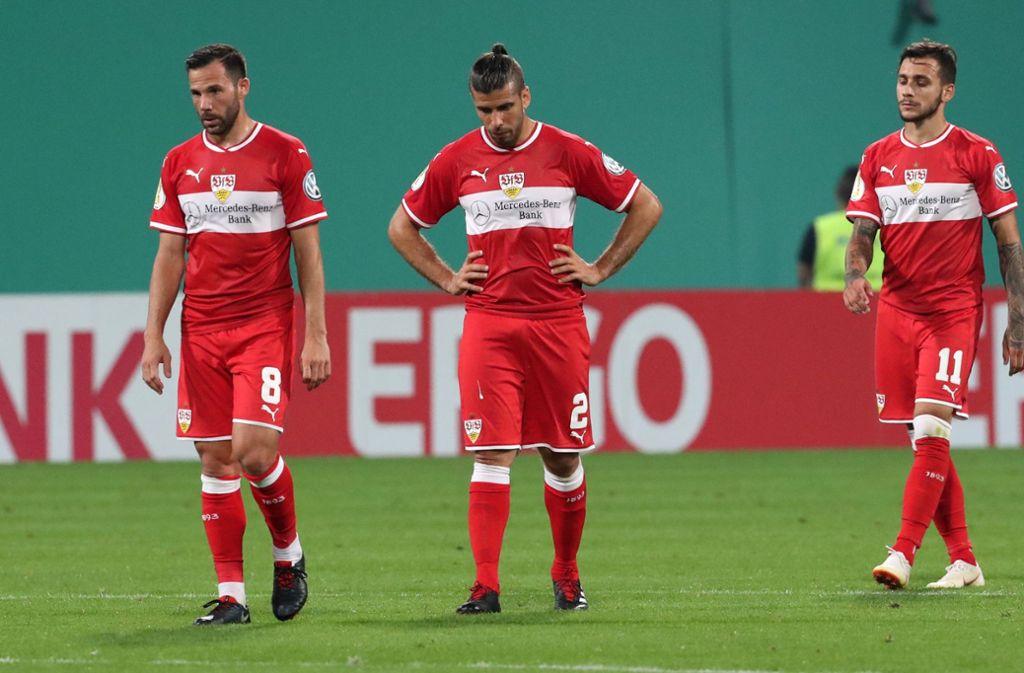 Geknickt: Die Spieler des VfB Stuttgart nach der Pleite in Rostock. Foto: dpa