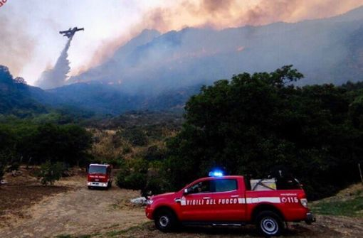 Feuerwehr kämpft gegen hunderte Waldbrände auf Sizilien