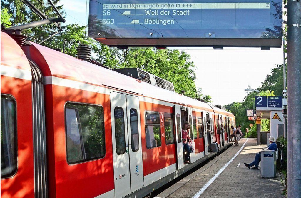 Der Lärmschutz auf der Strecke Stuttgart-Calw wird saniert und erweitert. Hier im Bild  der Bahnhof Rutesheim, der im Leonberger Stadtteil Silberberg liegt. Foto: factum//Jürgen Bach