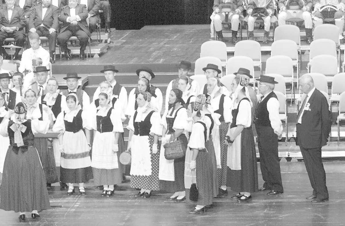 Louis Souvet (rechts) im Jahr 2000 bei einem Auftritt der Folkloregruppe Le Diari aus Montbéliard in Ludwigsburg. Foto: Archiv/factum