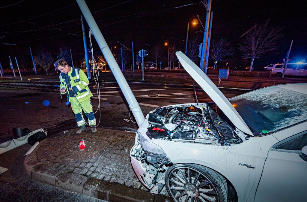 ... von der Straße abgekommen und gegen einen Ampelmast gekracht. Foto: 7aktuell.de/Alexander Hald