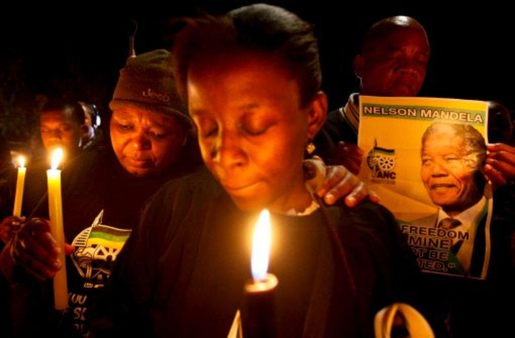 Südafrikas Freiheitskämpfer Nelson Mandela ringt mit dem Tod. In den Straßen von Johannesburg beten die Menschen für ihren früheren Präsidenten. Foto: dpa