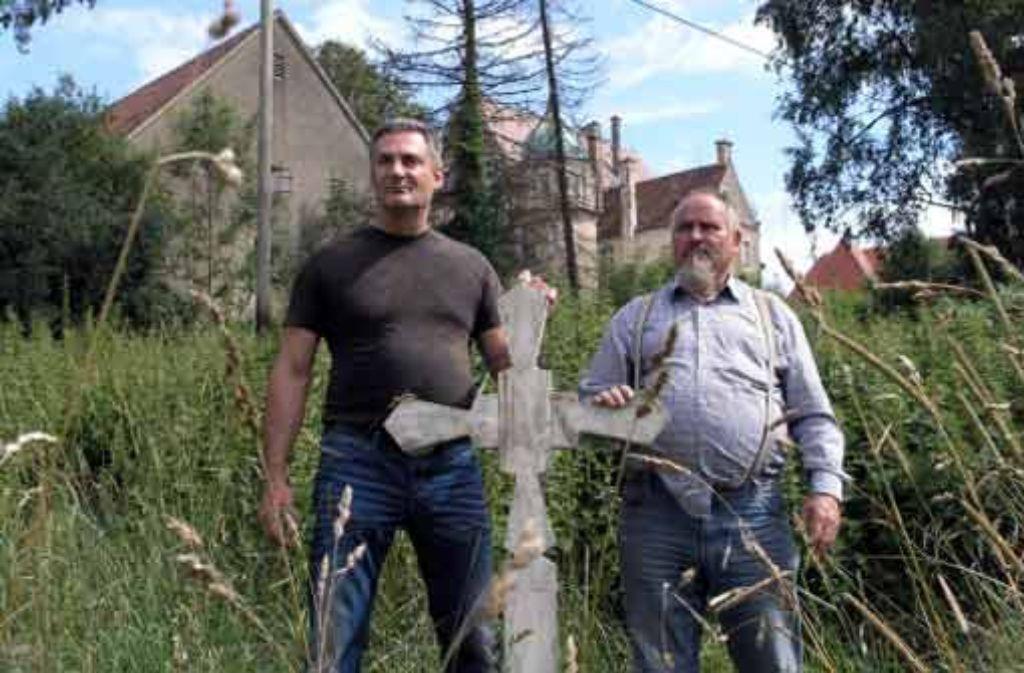 Rückkehr an den Ort des Schreckens: Elvis Stiurins und Paul Nägele suchen auf dem zugewucherten Friedhof im oberschwäbischen Hürbel nach Spuren ihrer Geschichte . Foto: Bäßler