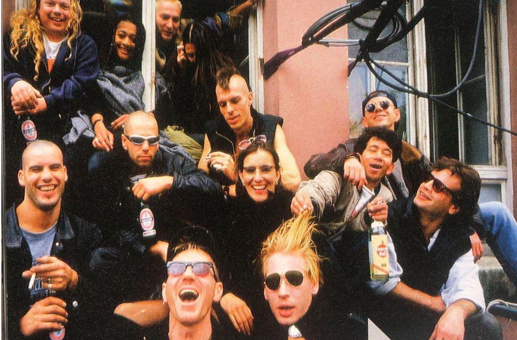 Zapata-Gäste und Zapata-Macher im  Jahr 1995, bevor die Abrissbirne kam. Mit dabei: der Schauspieler Ben Becker (vorne rechts mit Sonnenbrille). Foto: Marcelo Lagos