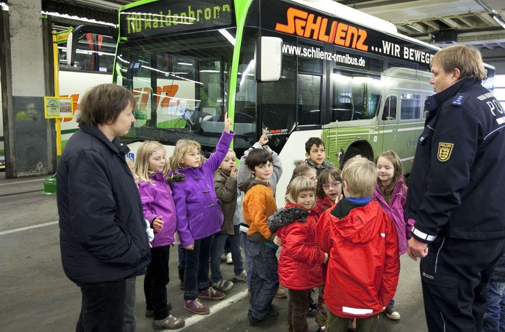 """Generationen von Schülern sind mit Schlienz Omnibus gefahren, unser Archivbild zeigt  ein so  genanntes """"Bustraining"""" zusammen mit der Polizeiprävention. Foto: /Horst Rudel"""
