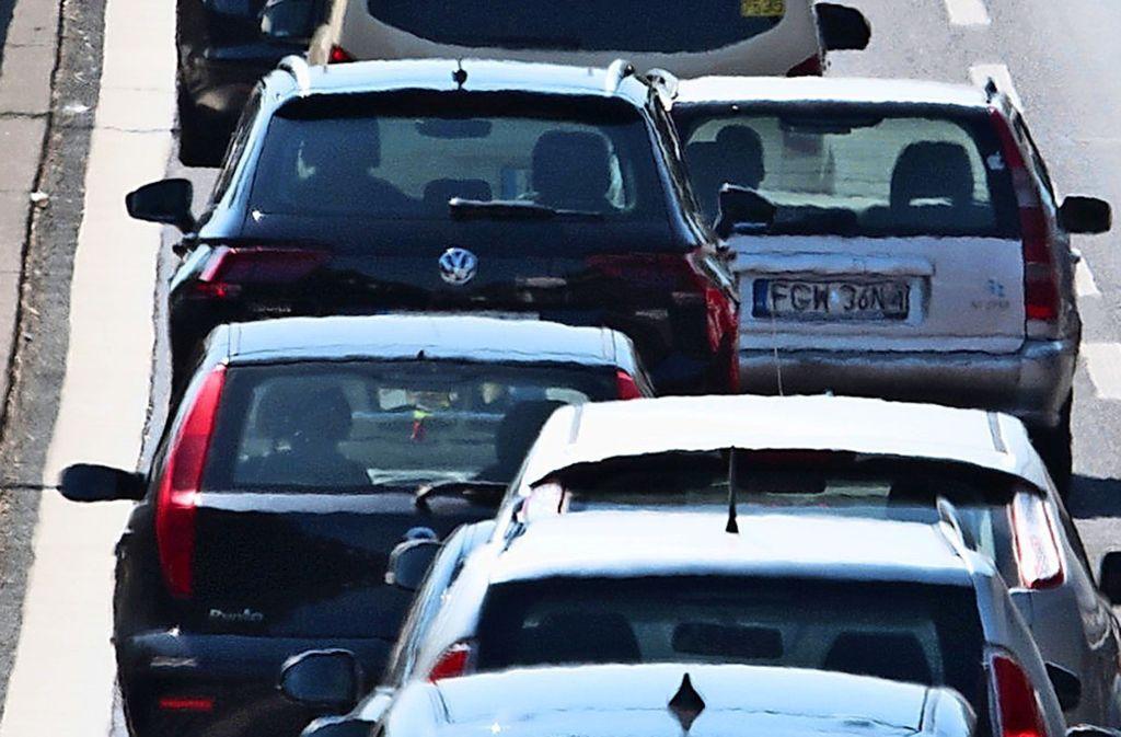 Wer im Gewerbegebiet Fasanenhof-Ost arbeitet, steht dort nach Feierabend oft 30 Minuten und länger im Stau auf der Schelmenwasenstraße. Foto: dpa