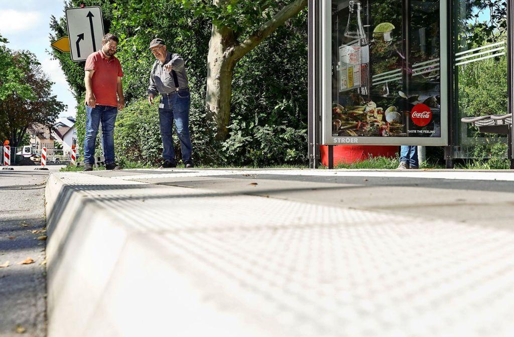 Besichtigung einer barrierefreien Bushaltestelle: Utz Mörbe Foto:
