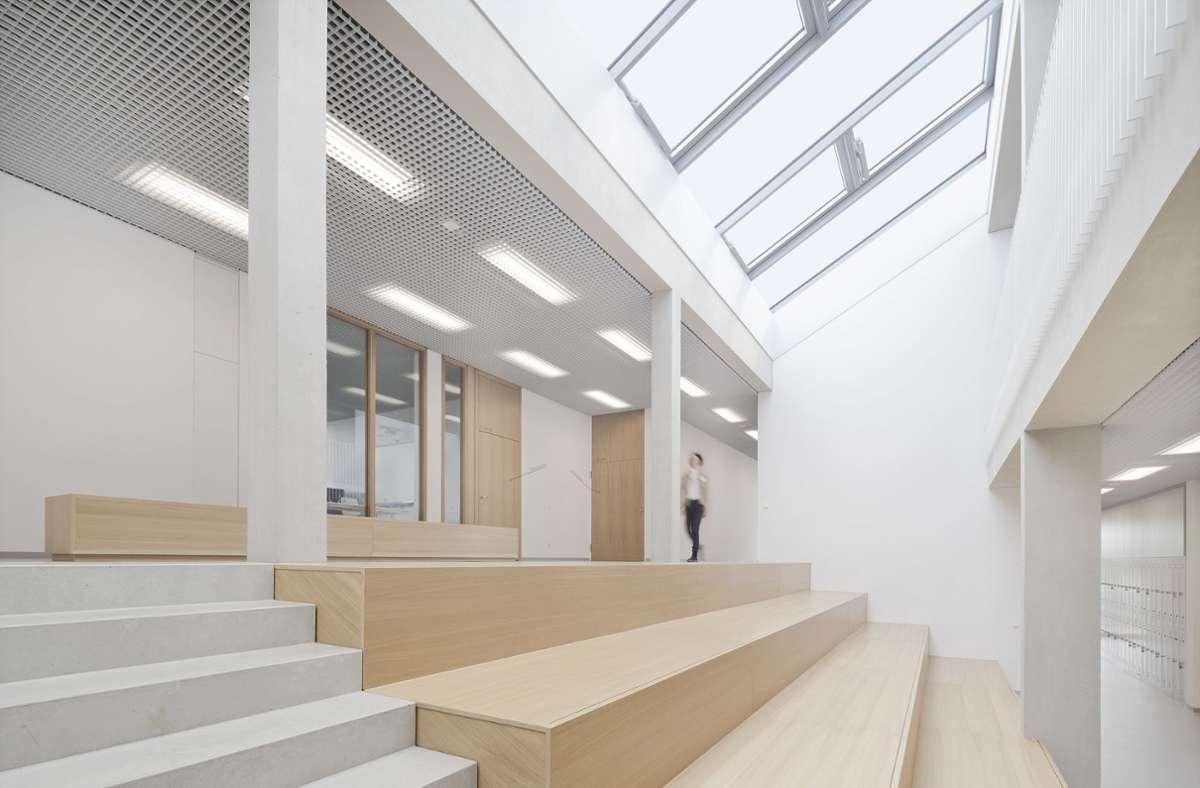 Die offene, lichte Mitte der Evangelischen Jakobusschule – die Sitzstufen-Zone wird von den  Gemeinschaftsschülern als Lernraum genutzt. Foto: Brigida Gonzalez