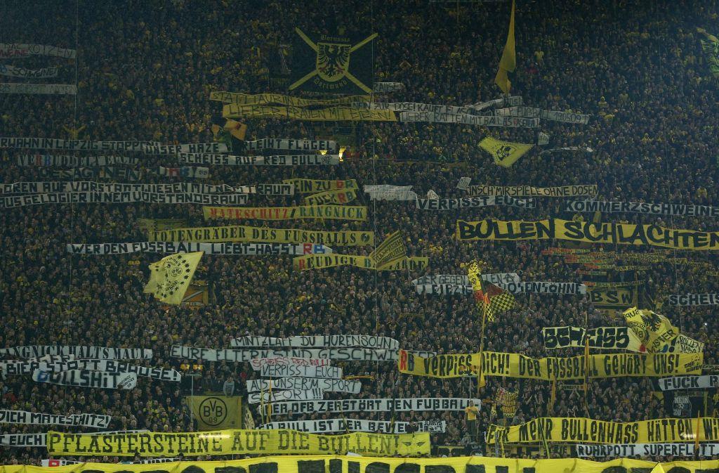 Dortmund-Fans kamen mit haufenweise beleidigender Schmähplakate zum Spiel gegen RB Leipzig – das hat nun Folgen. Foto: dpa