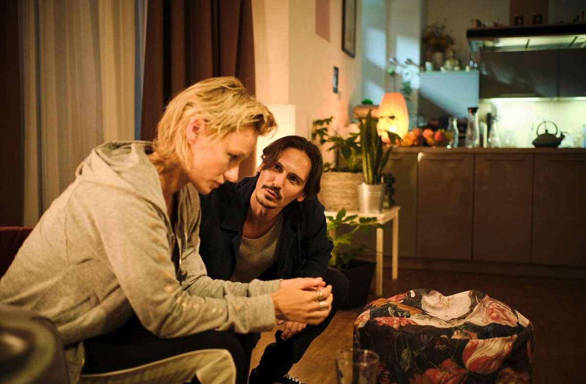 Falscher Freund: Caro (Lana Cooper) wird von Anton (Christopher Schärf) vergiftet. Foto: SWR/Benoit Linder